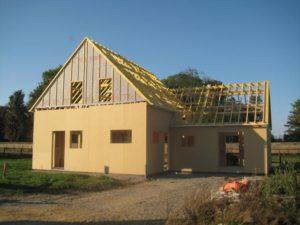 maison ossature bois avant habillage exterieur couverture