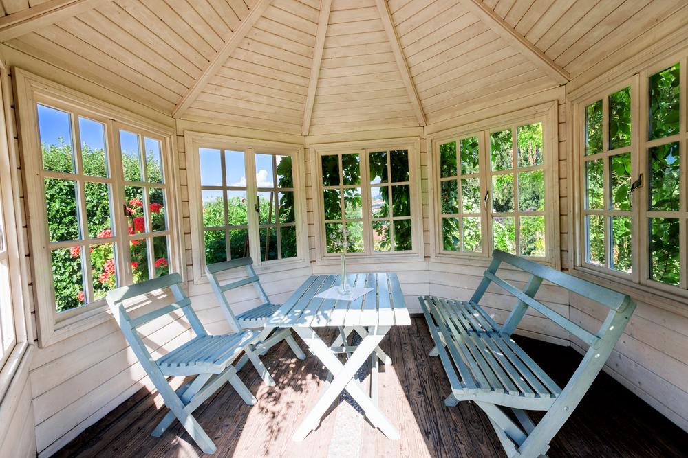 Intérieur d'un joli veranda en bois