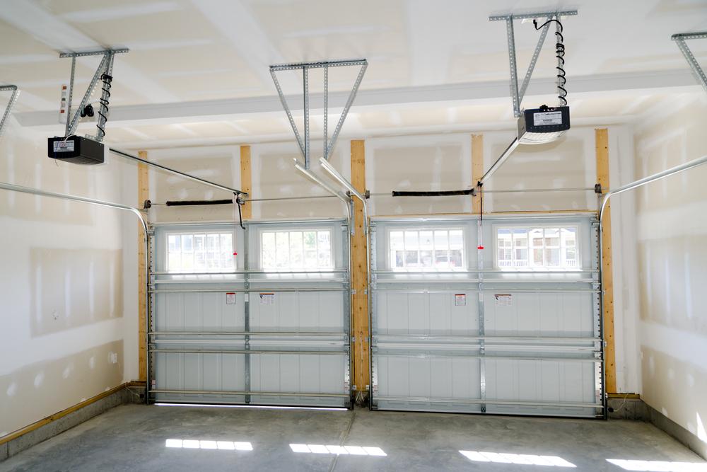 Intérieur d'un garage à porte sectionnelle